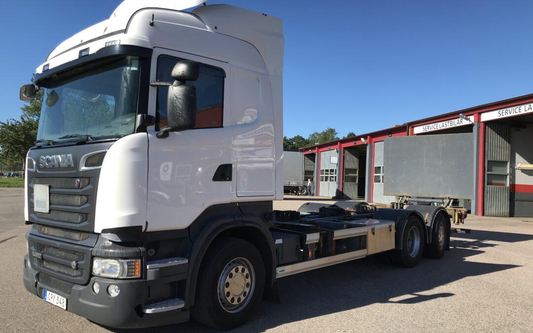 Scania R520LB6x2*4 med växelflaksrede & bakgavellift